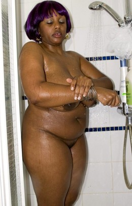 Horny ebony BBW lave ses gros seins..
