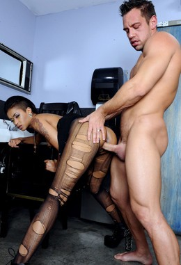 Slutty ghetto chick Skin Diamond gets..