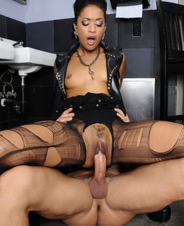 Fetish babe Skin Diamond riding thick..